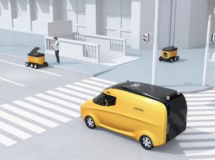 交差点を通過する自動運転宅配車。その近くにスマホアプリで配送ロボットから荷物を受け取る人がいるの写真素材 [FYI04645971]