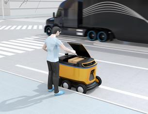 自動運転配送車からスマホアプリで開錠し荷物を受け取る。物流ラストワンマイルのコンセプトの写真素材 [FYI04645974]