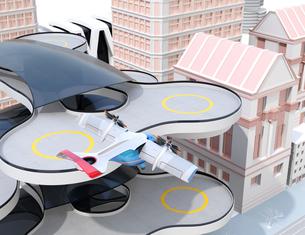 ヘリポートから離陸する空飛ぶタクシーのイメージ。短距離ライドシェアコンセプトの写真素材 [FYI04645981]