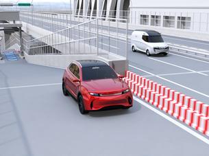 ETC料金所を通過して本線に合流する赤色SUVのイメージの写真素材 [FYI04646010]