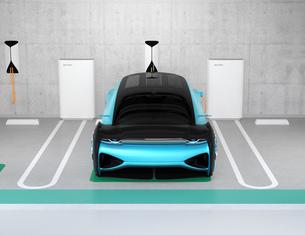 地下駐車場のチャージステーションに充電している電気自動車のイメージの写真素材 [FYI04646017]