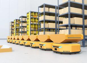 商品棚の前に並んでいる仕分けAMR自律型協働ロボットのイメージの写真素材 [FYI04646027]