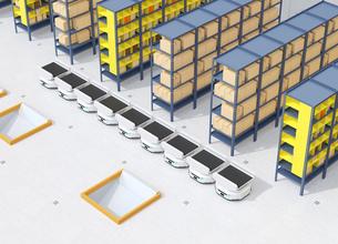 商品棚の前に並んでいる仕分けAMR自律型協働ロボットのイメージの写真素材 [FYI04646030]