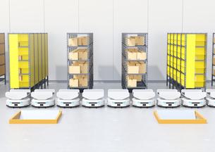 商品棚の前に並んでいる仕分けAMR自律型協働ロボットのイメージの写真素材 [FYI04646035]
