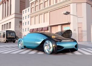 一般道に走行中の自動運転セダンとマイクロバスのイメージ。ライドシェアコンセプトの写真素材 [FYI04646055]