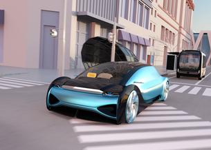 交差点を通過する自動運転セダンとマイクロバス。ライドシェアサービスコンセプトの写真素材 [FYI04646057]
