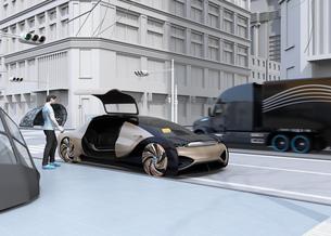スマホのライドシェアアプリで予約して自動運転車に乗り込む人のイメージ。ライドシェアコンセプトの写真素材 [FYI04646066]