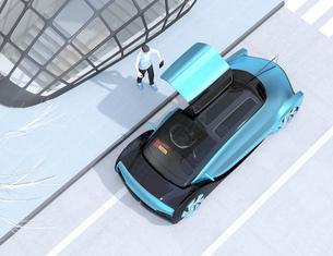 スマートフォンで自動運転車を予約し、乗車する人のイメージ。ライドシェアコンセプトの写真素材 [FYI04646067]