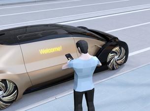 ライドシェア予約で迎えに来た自動運転車のドアに「Welcome」の文字。ライドシェアコンセプトの写真素材 [FYI04646076]