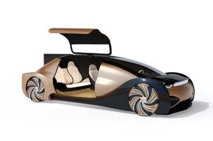 白バックにメタリックゴールド色の自動運転電気自動車高級サルーン。右ドアオープン状態。の写真素材 [FYI04646079]