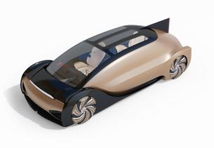 白バックにメタリックゴールド色の自動運転電気自動車高級サルーン。オリジナルデザインの写真素材 [FYI04646081]