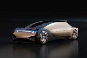 黒バックにメタリックゴールド色の自動運転電気自動車高級サルーンのイメージ。オリジナルデザインの写真素材 [FYI04646083]