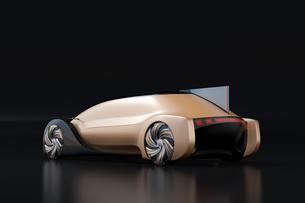 黒バックにメタリックゴールド色の自動運転電気自動車高級サルーンの後部イメージの写真素材 [FYI04646086]
