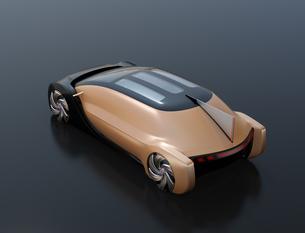 黒バックにメタリックゴールド色の自動運転電気自動車高級サルーンの後部イメージの写真素材 [FYI04646088]