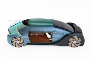 白バックにメタリックブルー色の自動運転電気自動車高級サルーンのイメージ。インテリア画像合成効果の写真素材 [FYI04646090]