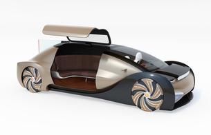 白バックにメタリックゴールド色の自動運転電気自動車高級サルーン。右ドアオープン状態の写真素材 [FYI04646092]
