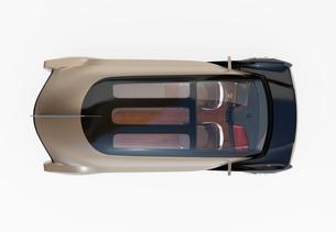 白バックにメタリックゴールド色の自動運転高級サルーンの鳥瞰イメージの写真素材 [FYI04646093]