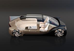 黒バックにゴールド色の自動運転高級サルーンのイメージ。インテリア画像合成効果の写真素材 [FYI04646149]