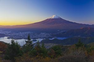 新道峠から見た朝焼けの富士山と河口湖の写真素材 [FYI04646169]
