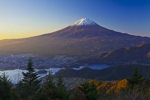 新道峠から見た朝焼けの富士山と河口湖の写真素材 [FYI04646170]