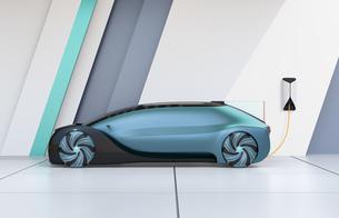 充電スタンドに充電している自動運転高級サルーンの側面イメージの写真素材 [FYI04646193]