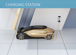 充電ステーションに充電している自動運転高級サルーンのイメージの写真素材 [FYI04646198]