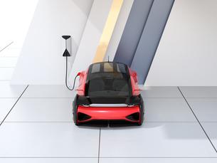 充電ステーションに充電している自動運転高級サルーンのイメージの写真素材 [FYI04646199]