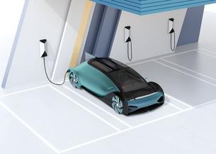 充電ステーションに充電している自動運転高級サルーンのイメージの写真素材 [FYI04646200]