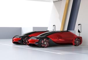 充電ステーションに充電している自動運転高級サルーンのイメージの写真素材 [FYI04646204]