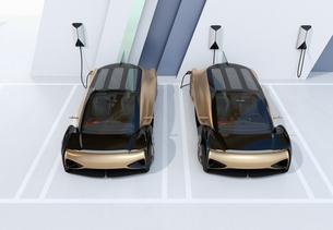 充電ステーションに充電している自動運転高級サルーンのイメージの写真素材 [FYI04646205]