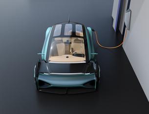 充電スタンドに充電している自動運転高級サルーンの正面イメージの写真素材 [FYI04646214]