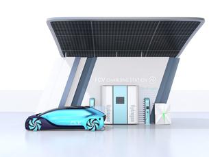 ソーラーパネルが備えている水素ステーションに水素ガスを充てんしている自動運転FCVのイメージの写真素材 [FYI04646224]
