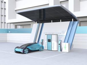ソーラーパネルが備えている水素ステーションに水素ガスを充てんしている自動運転FCVのイメージの写真素材 [FYI04646233]