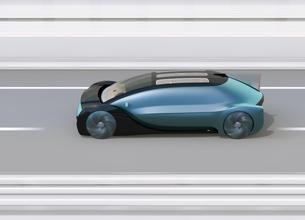 高速道路に走行している自動運転電気自動車高級サルーンの側面イメージの写真素材 [FYI04646239]