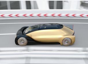 高速のカーブを通過する自動運転高級サルーンのイメージの写真素材 [FYI04646242]