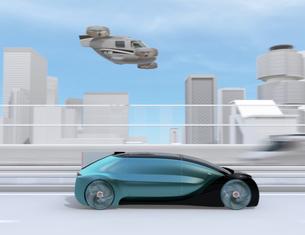 高速道路走行中の自動運転車と空飛ぶタクシーのコンセプトイメージの写真素材 [FYI04646254]