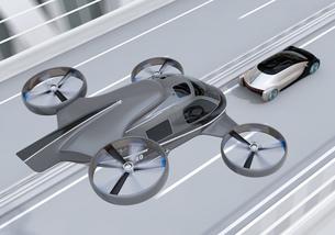 高速道路走行中の自動運転車と空飛ぶタクシーのコンセプトイメージの写真素材 [FYI04646258]