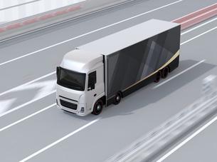 高速道路に走行している大型電動トラックのイメージの写真素材 [FYI04646293]