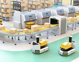 工場に部品箱を運んでいるフォークリフト型無人搬送車AGV。スマート工場のコンセプトの写真素材 [FYI04646332]