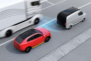 自動ブレーキをかけて追突事故を回避したイラスト。左側通行(右ハンドル)向けの自動ブレーキコンセプトのイラスト素材 [FYI04646368]