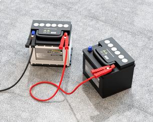 ブースターケーブルで繋いだ1台のカーバッテリーのイメージの写真素材 [FYI04646434]
