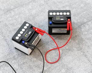 ブースターケーブルで繋いだ2台のカーバッテリーのイメージの写真素材 [FYI04646435]