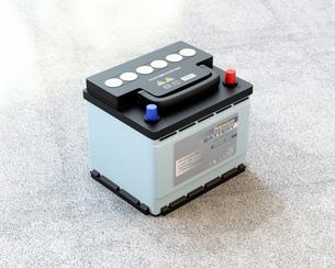 地面に置かれているカーバッテリーのイメージの写真素材 [FYI04646437]