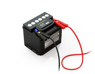 白バックにブースターケーブルが接続しているカーバッテリーのイメージの写真素材 [FYI04646439]