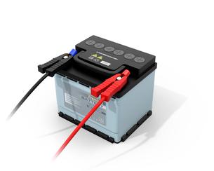 白バックにブースターケーブルが接続しているカーバッテリーのイメージの写真素材 [FYI04646440]