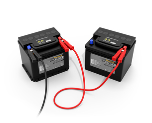 白バックにブースターケーブルで繋いだ2台のカーバッテリーのイメージの写真素材 [FYI04646441]