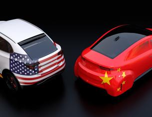 自動車に米国と中国の旗。米中における関税掛け合い、貿易戦争勃発のコンセプトの写真素材 [FYI04646445]