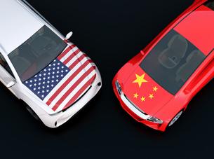 自動車に米国と中国の旗。米中における関税掛け合い、貿易戦争勃発のコンセプトの写真素材 [FYI04646449]