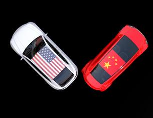 自動車に米国と中国の旗。米中における関税掛け合い、貿易戦争勃発のコンセプトの写真素材 [FYI04646451]