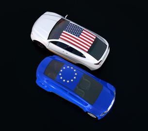 自動車に米国とEUの旗。欧米における車関税掛け合い、貿易戦争勃発のコンセプトの写真素材 [FYI04646452]